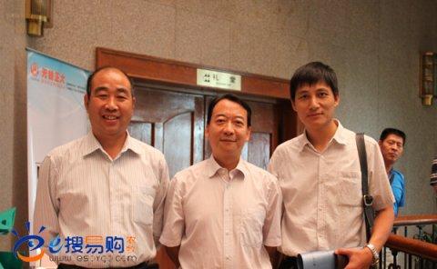杨汉春教授(中间)与张孟晗秘书长(左一)和袁拥政总