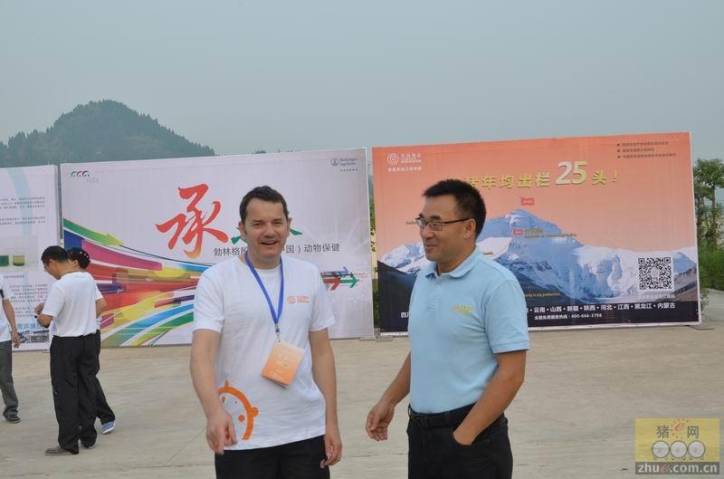 第二届中国现代养猪管理论坛天兆猪业董事长余平与参会代表交流