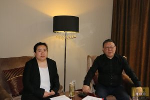 正大集团资深副董事长姚民仆先生与猪e网人物专访记者合影