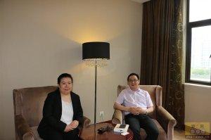 唐人神集团种苗事业部总裁阳强先生与猪e网人物专访记者合影