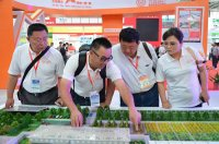天兆猪业董事长余平先生向合作伙伴介绍天兆猪场建设模式