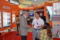 天兆猪业生产事业部总经理龚学文与来访国际友人交流