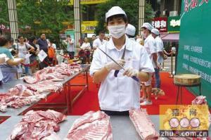 """长沙县上演""""庖丁""""解猪 2分40秒""""骨肉分离"""""""