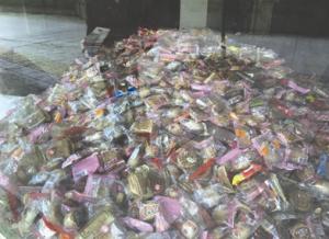 四川成都民房堆满月饼被疑卖过期产品 主人称是猪饲料