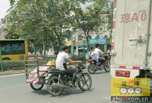 两片猪肉绑在摩托车街上跑 海南三亚贩肉子裸运猪肉真恶心