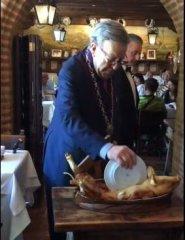 西班牙文化,用碟子切乳猪,然后把碟子摔到地下!