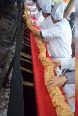 一整只猪做成的十多米长的酥肉,一场奇观啊!