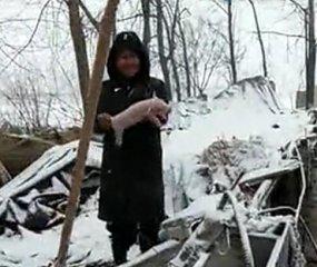 大雪过后 养猪的人抱着幼崽雪地里大哭 好可怜